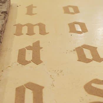 Exposição no Museu de Arte Contemporânea de Campinas remete à escrita antiga e usa areia como material